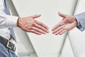 Kaufleute können Verträge per Handschlag fassen